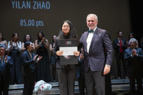 Yilan Zhao receives the 3rd prize fromGian Carlo Avanzi, Rector of Università del Piemonte Orientale
